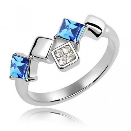 kristályos gyűrű Elegáns, négyzet alakú kövekkel díszített