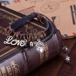 bőr karkötő LOVE charmmal díszített bőr karkötő