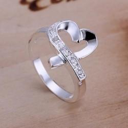 kristályos gyűrű Fehér kristályokkal díszített szív formájú