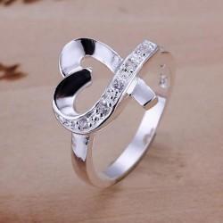 Fehér kristályokkal díszített szív formájú gyűrű